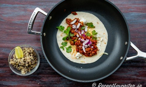 Tacofärs på tortilla i panna med tillbehör