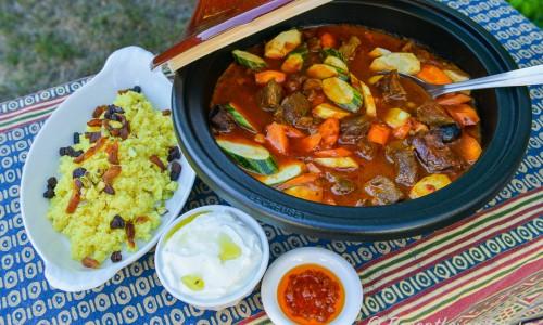 Goda tillbehör till grytan är couscous med russin, strimlade aprikoser och pistagenötter; en frisk och krämig matyoghurtsås och het harissa-chili blandad med lite olja.