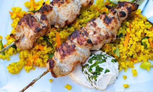 Tandoorispett med kyckling serverade med tillbehör på tallrik