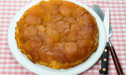 Äppelkakan lagas i en panna med smör, äpplen och socker som blir till karamell - sedan läggs ett lager deg på toppen och vid servering så vänds äppelkakan upp och ner så att äpplena kommer upp.