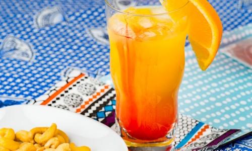 Tequila Sunrise - en cocktail med apelsin, tequila och grenadin i glas.