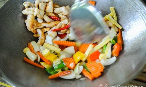 Thaikyckling tillagas i woken med grönsaker