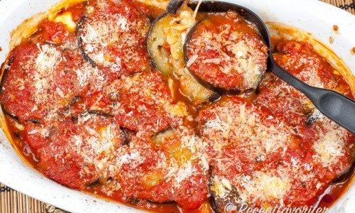 Tomat och auberginegratäng - sås och tillbehör i ett.
