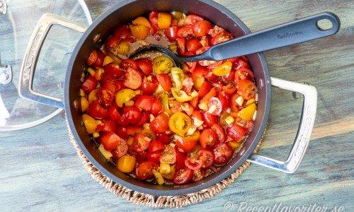 Tomaterna kokas ihop med äpple, lök och kryddor