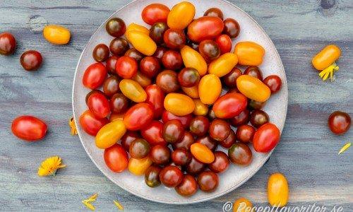 Tomater på fat som passar till marmelad