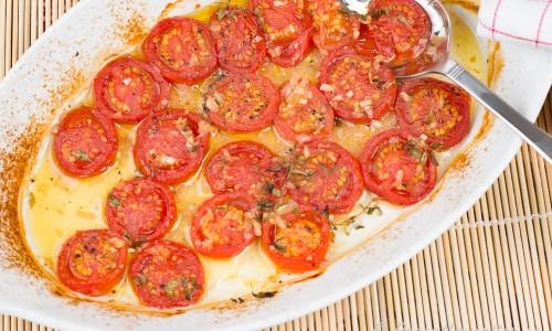Tomater i ugnen med timjan, olivolja, schalottenlök och vitlök.