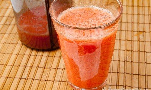 Hemgjord tomatjuice i glas.