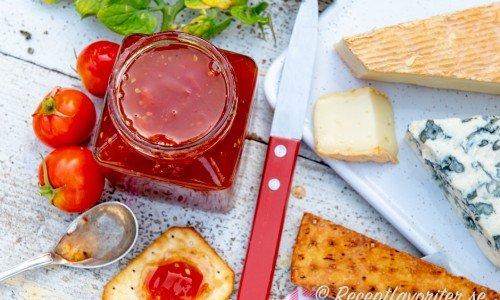 Tomatmarmelad med röda tomater till ostar