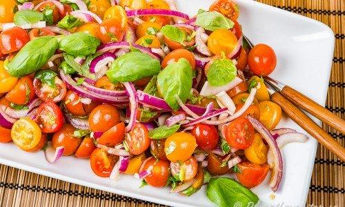 Tomatsallad med färsk basilika på fat
