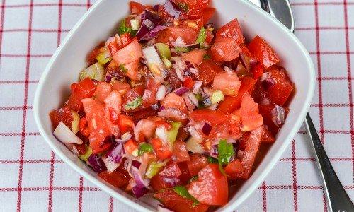 Salsa med koriander och tomater i skål
