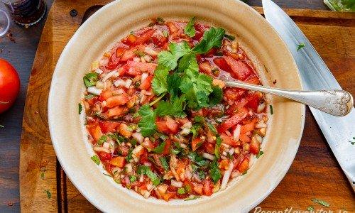 Tomatsalsa med färska och krossade tomater samt färsk koriander i skål