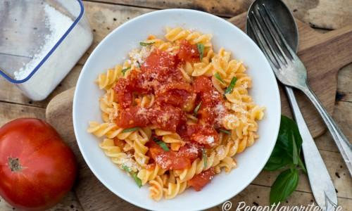Snabb tomatsås på skållade färska tomater