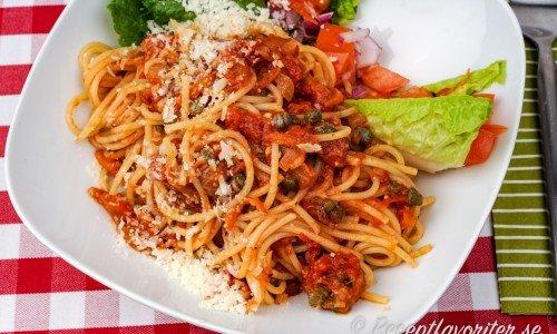 Tomatsås med sardeller serverad med spagetti och tillbehör