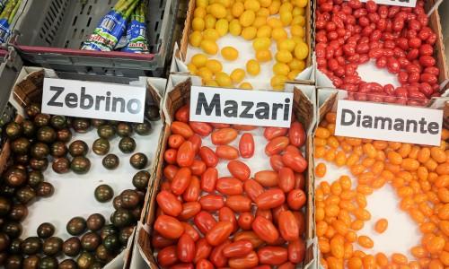 Vanliga cocktailtomater funkar bra till tomatsallad. Riktigt festligt och gott blir det med svenskodlade småtomater som finns i olika varianter.