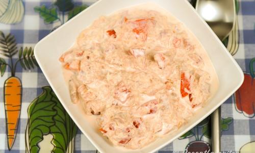Krämig tonfiskröra med tomat, vitlök och lök är gott i bakpotatis.