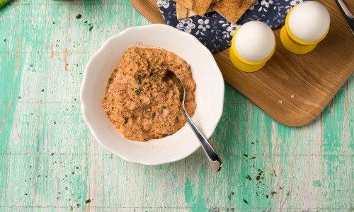 Trött på kaviar? Blanda en tonfiskröra med majonnäs till dina kokta ägg
