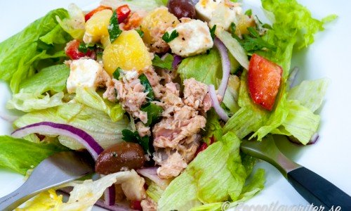En god sallad med tonfisk, fetaost, grönsallad, rödlök, oliver, tomat och kokt potatis.