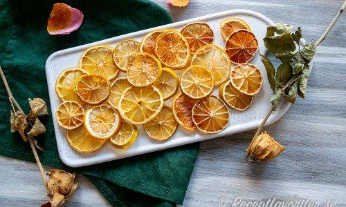 Torkad citrus på fat