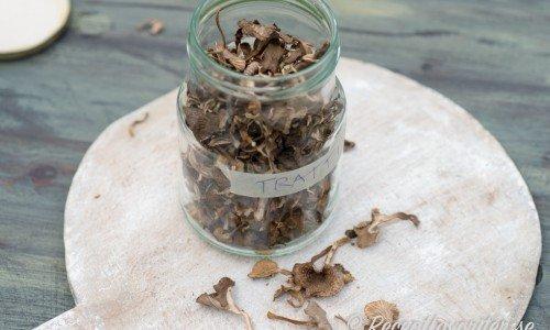 Torkade trattkantareller förvaras i glasburk med tättslutande lock i flera år.