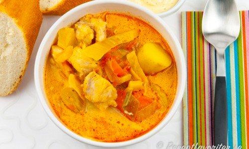 Torskgryta eller torsksoppa i soppskål.