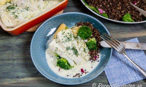 Torskrygg med dillsås serverad med kokt potatis, broccoli samt en linssallad med spenat.