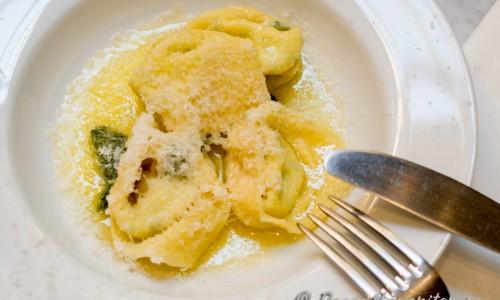 Tortelloni med smör och färsk salvia toppad med massor av riven parmesan.