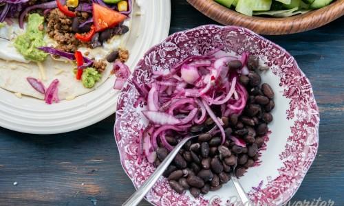 Svarta bönor med picklad rödlök som tillbehör
