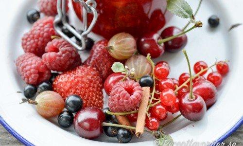 Trädgårdsbärssylt - en blandsylt med jordgubbar, hallon, vinbär, blåbär eller valfria bär.