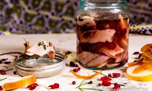 Sötsur tranbärssill med torkade tranbär och tranbärsjuice, kryddpeppar och lök.