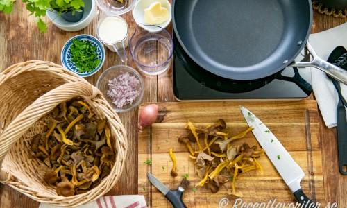 Ingredienser till trattkantarellsåsen