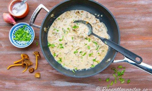 Häll på grädde, vatten, buljongtärning och koka ihop samt red trattkantarellsåsen med lite maizena.