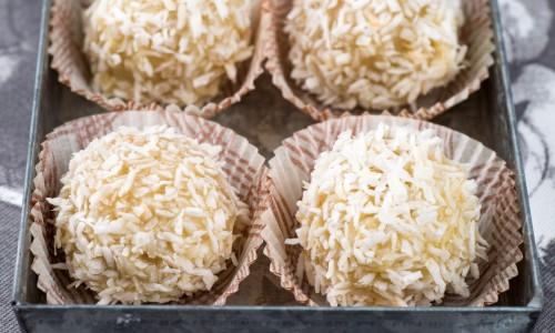 Tryffelkulorna kan förvaras och serveras i små pappersformar typ knäckformar.