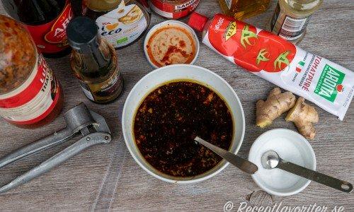 Ingredienser till marinaden: rapsolja, ketjap manis, kinesisk soja, sweet chilisås, sambal oelek, tomatpuré, risvinäger, honung, vitlök, ingefära, salt och svartpeppar.