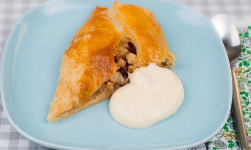 Tysk äppelkaka eller apfelstrudel med smördeg fylld med tärnade äpplen, russin, hasselnötter, kanel och en doft av rom (valfritt)