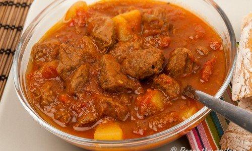 Gulasch är en köttgryta som passar till sportlovet, vinterhalvåret, höst eller när man behöver en värmande och närande gryta