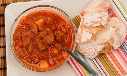 Gulaschen kan serveras med ett gott surdegsbröd, lantbröd eller hembakt baguette. Eller Spätzle eller knödel.
