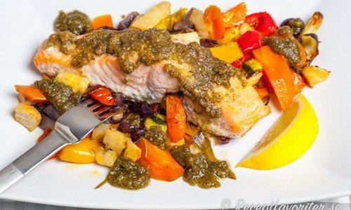 Ugnsbakad lax med pesto och grönsaker