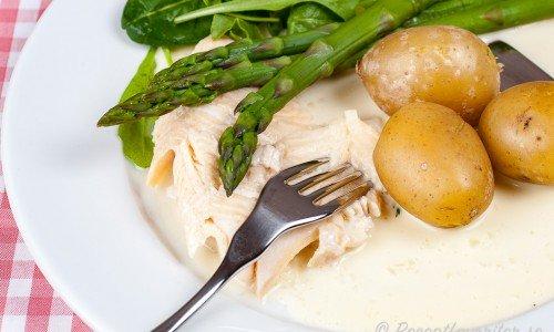 Ett serveringsförslag är med vitvinssås, kokt potatis, grön sparris, spenat och ruccola.