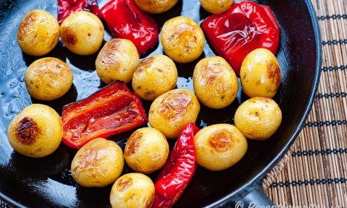 Ugnsrostad potatis med paprika i gjutjärnspanna