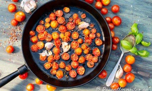 Rosta gärna tomaterna med hela vitlöksklyftor, chiliflakes och färsk basilika.
