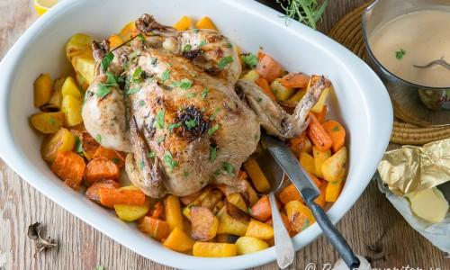 Ett förslag till servering - kör kycklingen så den får lite mer färg på en bädd med tillagade rotfrukter innan servering.