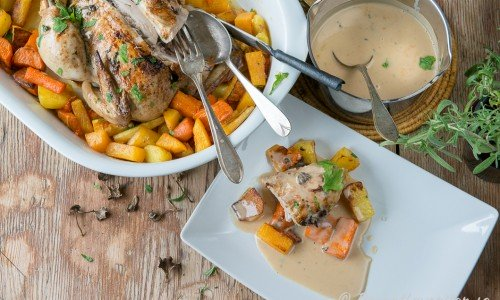 Servera kycklingen med rotfrukterna och skysåsen - här smaksatt med torkade trattkantareller.