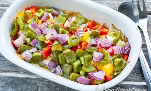 Grönsakerna i botten på formen.