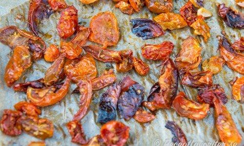 Ugnstorkade tomater på bakplåtspapper