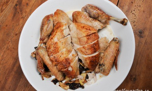 Så här kan du skära upp kalkonen till servering. Brösten är skurna snett mot köttfibrerna.