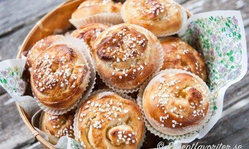 Recept på olika sorters kanelbullar som vaniljbullar ovan