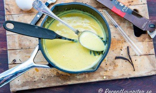 Hemgjord vaniljsås eller crème Anglaise i kastrull