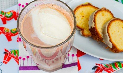 Varm drickchoklad med en klick grädde i glas