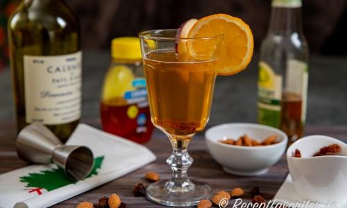 Varm äppeldrink med cider och calvados i glas