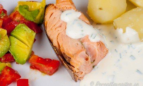 Varmrökt lax med gräslökssås, kokt potatis samt tomat- och avokadosallad.
